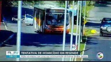Homem é baleado e outro fica ferido em tentativa de homicídio em Resende - Segundo a PM, o homem baleado estava com outro em uma moto, quando um carro se aproximou e dois suspeitos saíram atirando de dentro do veículo.
