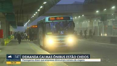Demanda de ônibus cai mas ônibus estão cheios - Passageiros dizem que empresas diminuíram número de viagens.