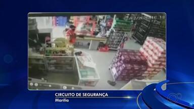 Polícia identifica dupla que assaltou supermercado armada com espingarda em Marília - Criminosos levaram cerca de R$ 3 mil em dinheiro do estabelecimento no Jardim Cavalari. Como não estava mais no flagrante, eles foram ouvidos e liberados.