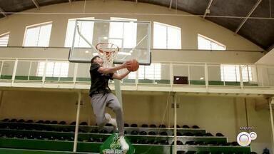 Ala-pivô do Bauru Basket pode se transferir para o Campina Grande - No mercado do basquete nacional, redes sociais e alguns sites cravaram a saída do ala-pivô Gabriel Jaú do Bauru Basket e deram como certa a ida dele para o Campina Grande.