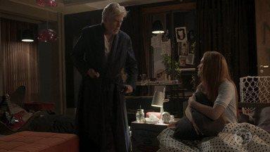 Capítulo de 03/07/2020 - Cida nota a aproximação entre Arthur e Eliza e alerta o patrão para não magoar a modelo. Cida conta a Jonatas que Arthur e Eliza podem estar se envolvendo. Jonatas beija Leila. Peçanha descobre onde Eliza está morando e avisa a Dino. Eliza reconhece a risada de Dino ao telefone e, com medo, pede ajuda a Arthur. Maurice afirma a Arthur que ele está apaixonado por Eliza.