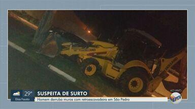 Homem derruba muros com retroescavadeira em São Pedro - Motorista, de 35 anos, se envolveu em outro acidente com um caminhão horas antes. Os dois casos ocorreram no bairro São Dimas.