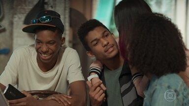 Anderson e Fio elogiam a edição de Ellen - Tina mostra para os amigos o vídeo de apresentação das Garotas do Vagão na festa da escola. Fio tira Ellen para dançar