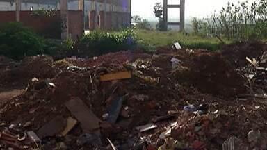 Moradores da Vila Monte Belo, em Itaquaquecetuba, reclamam de acúmulo de entulho - undefined