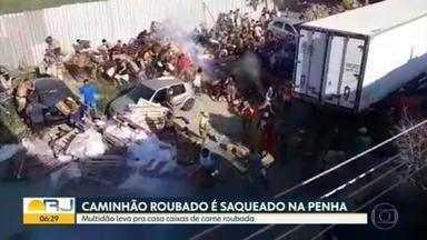 Caminhão frigorífico roubado na Penha é recuperado pela PM - O caminhão de carne foi levado pelos bandidos para dentro da favela Kelson's. Uma multidão começou a levar as caixas para casa.