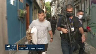 PMs e outros 4 suspeitos de integrar quadrilha de milicianos são presos no Rio - De acordo com as investigações, milícia que atuava nos bairros de Vargem Grande e Vargem Pequena também vendia drogas. Capitão da Polícia Militar é suspeito de ser o chefe da facção.