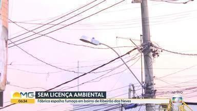 Fábrica de tecidos não tem licença ambiental, segundo Prefeitura de Ribeirão das Neves - Moradores reclamam de poluição provocada por fábrica, em Justinópolis. Fumaça que sai das chaminés toma conta das ruas e incomoda quem vive perto.