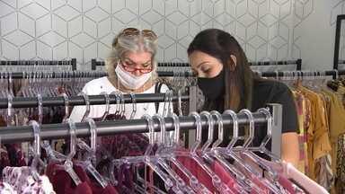 Empresária se reinventa para manter loja de roupas em SP - Ela montou um site e tentou vender virtualmente, mas o retorno foi baixo. Então, partiu para o plano B: o contato com as clientes via WhatsApp.
