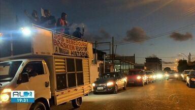 Moradores do Pinheiro e de Bebedouro fazem protesto pelas ruas da cidade - Eles reclamam da demora das indenizações por parte da Braskem.