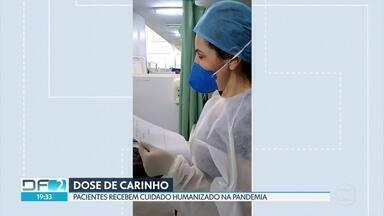 Pacientes recebem atendimento humanizado na pandemia - Além de cuidar dos pacientes, profissionais de saúde dão conforto e doses de carinho nesse período difícil de pandemia. No Hospital do Gama, enfermeiros leem cartas de familiares para os pacientes internados.