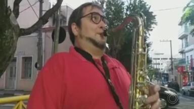 Saxofonista faz show para animar moradores de prédio em São Roque - Um músico saiu pelas ruas de São Roque e decidiu animar os moradores de um prédio. Com um saxofone e muita animação, trouxe um pouco de alegria para quem cumpre a quarentena.