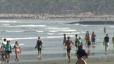Praias de Santos ficam cheias no sábado - Governo de São Paulo mudou a Baixada Santista da fase laranja para a fase amarela no plano de flexibilização.