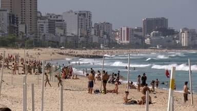 Praias do Rio ficam cheias no fim de semana - No Rio, praia com banho de sol na areia e mergulho no mar está proibida. Mesmo assim, muita gente ignorou as medidas de proteção contra a Covid-19.