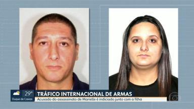 Homem apontado como assassino de Marielle Franco é indiciado por tráfico internacional de armas - O policial reformado Ronnie Lessa contava com a ajuda da filha para trazer peças de armas para o país.