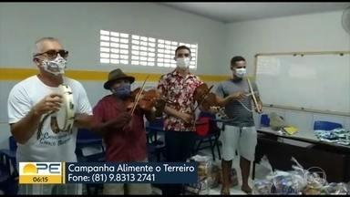 """Voluntários entregam cestas básicas para terreiros de cavalo-marinho em Condado - Doação foi realizada pela campanha """"Alimente o Terreiro""""."""