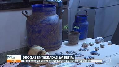 Polícia encontra droga enterrada em Betim - Material foi encontrado junto com munição e dinheiro num lote vago no bairro Citrolândia.