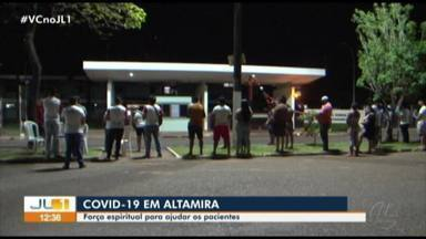 Fiéis fazem orações em frente ao hospital de Altamira para pacientes com Covid-19 - Fiéis fazem orações em frente ao hospital de Altamira para pacientes com Covid-19