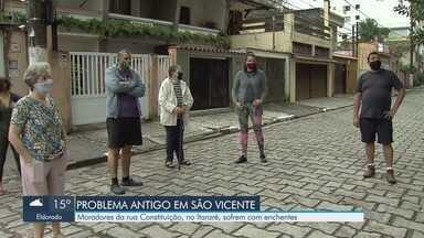 Moradores da Rua da Constituição, em São Vicente, sofrem com enchentes - Maré alta causa enchentes e leva problemas para moradores da rua.