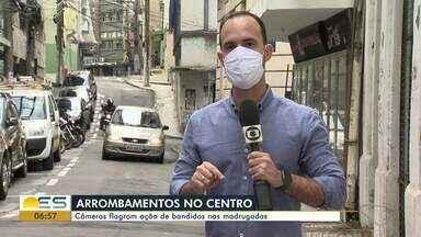 Câmeras de segurança flagram arrombamentos no Centro de Vitória - Comerciantes e moradores reclamam da situação.