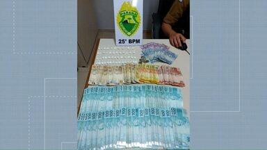 Homem é preso com drogas e mais de R$ 8 mil em Cafezal do Sul - Polícia apreendeu 50 porções de cocaína. O suspeito está preso na cadeia de Iporã.