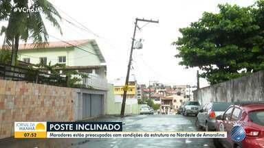 Moradores do Nordeste de Amaralina reclamam de poste ameaçado de cair - Equipamento está totalmente torto e oferece risco de acidente.