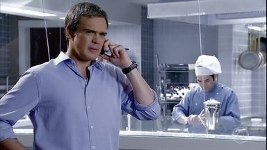 Tereza Cristina devolve o dinheiro de René - Depois de ordenar que Crô e Baltazar busquem René Junior na casa de Dagmar, a perua liga para o ex e o surpreende quando revela que decidiu devolver, com juros, a metade do que havia na conta conjunta do casal