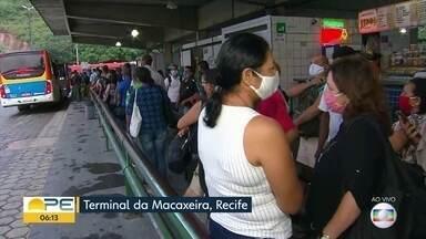 Movimento de passageiros de ônibus é grande no terminal da Macaxeira, na Zona Norte - Segunda-feira começou com reclamações das pessoas por causa das filas