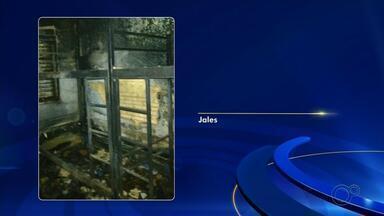 Incêndio atinge Casa Abrigo em Jales e bebês são levados para unidade de saúde - Um incêndio atingiu uma casa em Jales (SP) neste domingo (19) onde ficam crianças e adolescentes que estão sob a guarda da Justiça.