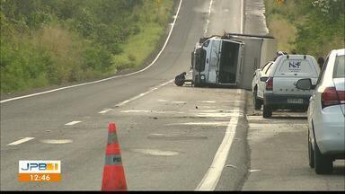 Caminhão tomba após acidente em trecho da BR-230 - Acidente envolveu caminhão de ovos e outros dois veículos.