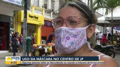 Algumas pessoas estão fazendo uso incorreto das máscaras, no centro de João Pessoa - Equipamento é essencial para a proteção contra a Covid-19.