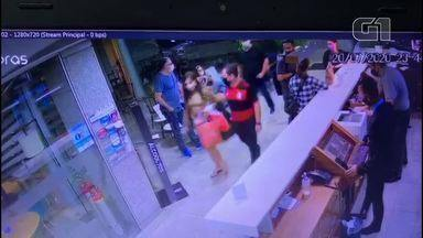 Vídeo mostra momento em que ex-capa da Playboy é abordada por delegado e presa no ES - Flávia Tamayo foi presa na madrugada desta terça-feira (21) na recepção de um hotel de Vitória.