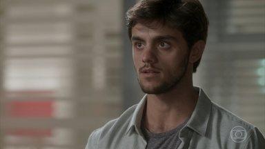Jonatas conta para Germano por que Eliza fugiu para o Rio - O rapaz diz que Eliza fugiu por causa do padastro e o diretor pergunta sobre o pai da menina