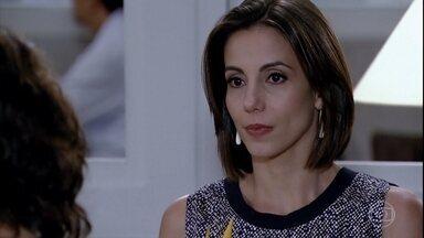 Letícia se encontra com Chiara - A ex-mulher de Juan é bem recebida no Brasileiríssimo, mas René fica receoso com encontro dela com a professora