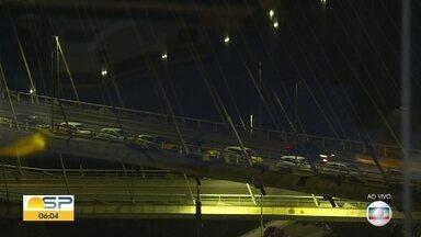 Donos e autoescolas protestam na Ponte Estaiada - Eles reclamam que não conseguem traalhar durante a pandemia.