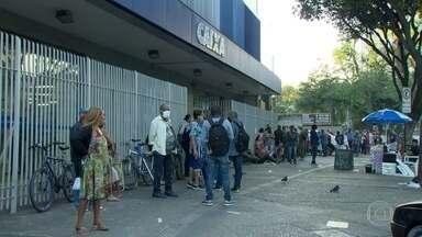 Agência da Caixa, no Rio, amanhece com fila para regularizar contas do auxílio emergencial - Governo anunciou na terça (21) que várias contas foram canceladas por suspeita de fraude. Muita gente chegou no lugar ainda de madrugada.