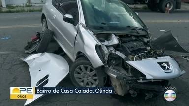 Carro bate em poste na Avenida Getúlio Vargas, em Olinda - Celpe enviou equipe ao local da colisão.