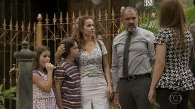 Lili comenta com Rafael que Germano a traiu com Gilda - Germano leva Gilda e as crianças para a pensão. Lili fica intrigada com a presença da ex-babá na cidade