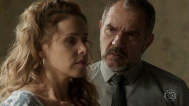 Germano pergunta a Gilda se Eliza é sua filha - Gilda nega. Dino chega à pensão e interrompe a conversa dos dois