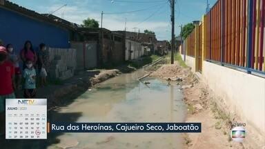Obra inacabada em rua de Jaboatão causa transtornos para moradores - Esgoto escorrendo pela via é um dos problemas.