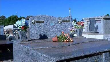 Moradores de Guzolândia estão inconformados com série de furtos em cemitério - A população de Guzolândia (SP) está inconformada e triste até com uma série de furtos no cemitério. Percebam que as letras e os objetos religiosos dos jazigos foram furtados.