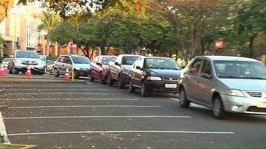 Vacinação contra a gripe gera fila de carros em Londrina - Durante todos sábado moradores podem procurar o estacionamento do shopping Catuaí para se imunizar