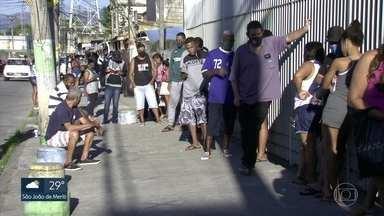 Agências da Caixa Econômica registram longas filas neste sábado (25) - As agências abriram as portas para saque do auxílio emergencial e do FGTS.