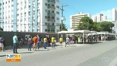 Grandes filas se formam na frente de agências da Caixa para receber auxílio e FGTS - Teve gente que chegou ainda de madrugada, em Olinda e Paulista