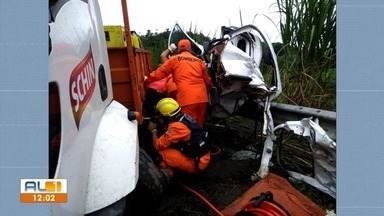 Acidente entre carro e caminhão deixa um morto e outro ferido em São Luis do Quitunde - Corpo de Bombeiros foi acionado para socorrer às vítimas.