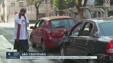 Dia de São Cristóvão: motoristas recebem benção de dentro do carro em Ribeirão Preto - Comemoração ao padroeiro dos motoristas ocorreu no final da tarde deste sábado (25) na Catedral Metropolitana.