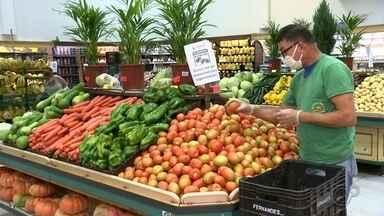 Pandemia e período de safra provocam queda nos preços dos hortifrútis - O período da safra de muitas frutas e verduras e a queda do consumo por causa da pandemia fizeram os preços caírem. Quem frequenta as feiras e mercados já está aproveitando os preços mais baixos.