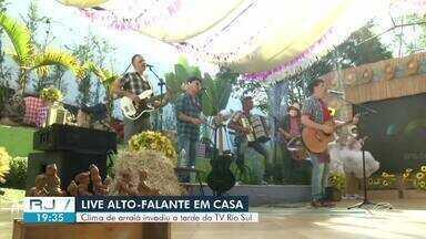 'Alto Falante em Casa' traz clima de arraiá para a tarde da TV Rio Sul - Live aconteceu na tarde deste sábado e animou o dia dos telespectadores com a Banda Xoxote e a dupla Max Oliveira e Gustavo.