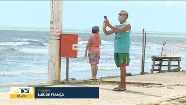 Pessoas são flagradas sem máscaras em praias em São Luís - Alguns mantém os cuidados, como as medidas de distanciamento, mas ainda tem muita gente indo a praia sem a máscara.
