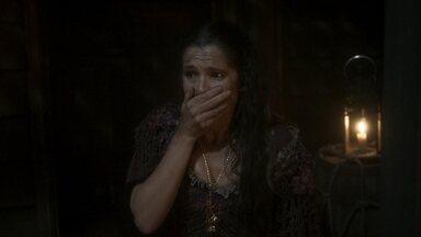 Elvira se atrapalha na hora de abrir as celas de Fred e Liu - Ela é surpreendida por um guarda e deixa as chaves caírem em um vão do navio