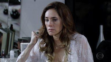 Tereza Cristina ataca Íris - Beto Júnior diz à perua que sabe qual é a relação dela com Carlota Valdez e Tereza Cristina conclui que foi a tia que contou tudo para o repórter